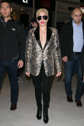 Lady Gaga arrives at Aeroport Roissy - Charles de Gaulle on November 27, 2016 in Paris